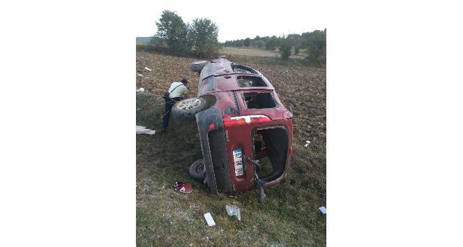 Yoldan çıkan hafif ticari araç tarlaya uçtu: 1 yaralı