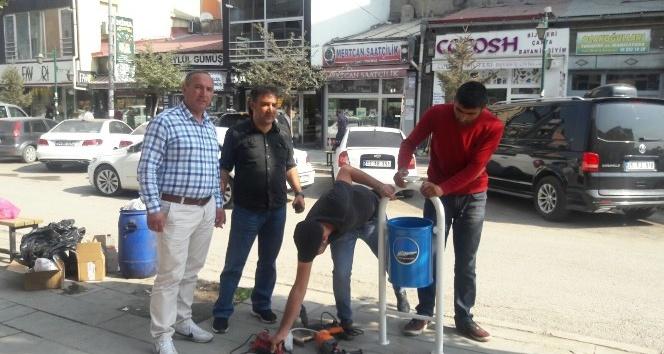 Belediye'den caddelere oturma bankı ve çöp kovası