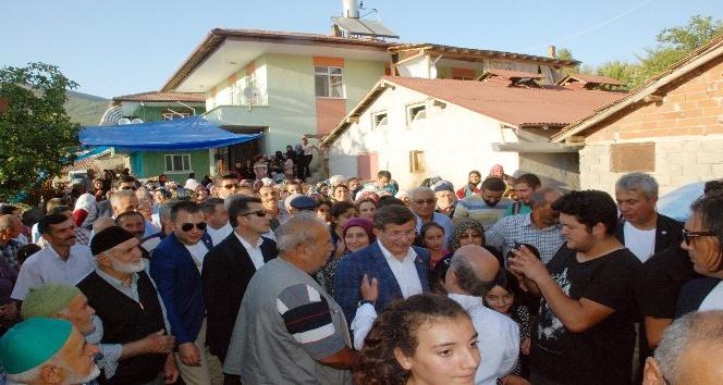 Eski Başbakan Davutoğlu'na eşinin köyünde yoğun ilgi