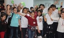 Savaş mağduru çocukların yaralarını yine çocuklar sarıyor!
