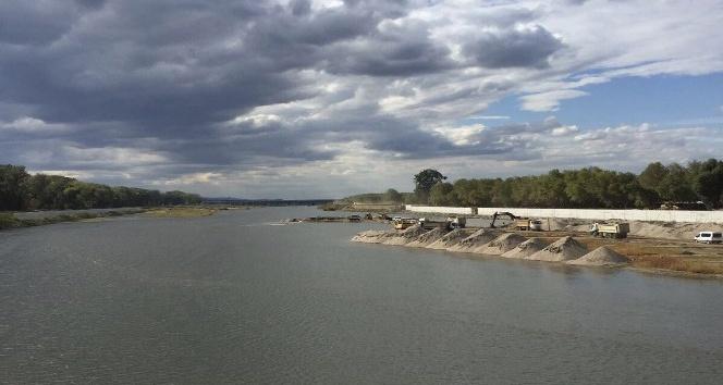 Meriç Nehri'nde yatak temizleme çalışmaları devam ediyor