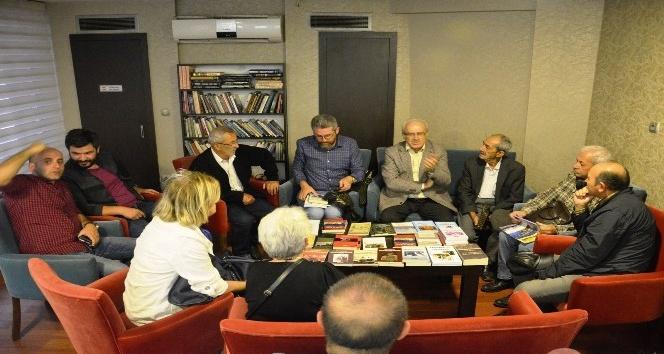 Yazar Zeki Sarıhan kitaplarını imzaladı