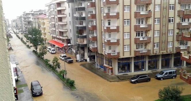 Artvin'de sağanak yağış yolları göle çevirdi