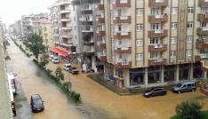 Artvinde sağanak yağış yolları göle çevirdi