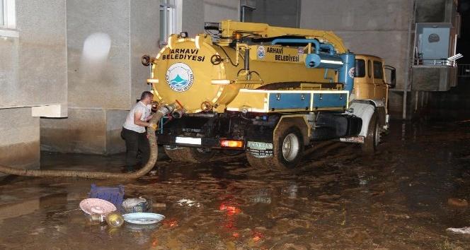 Artvin Valisi Ömer Doğana şidedtli yağışlardan zarar gören Arhavi ilçesinde incelemelerde bulundu