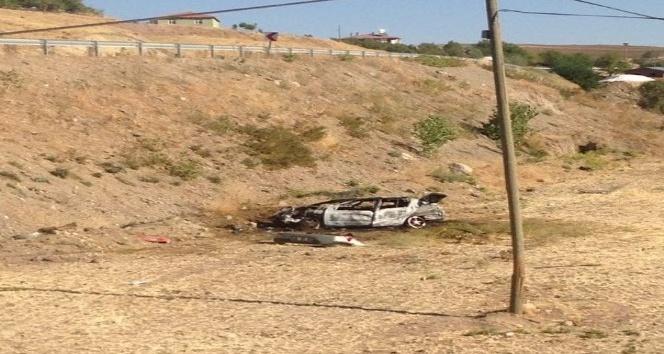 Şarampole yuvarlanan otomobil alev alev yandı