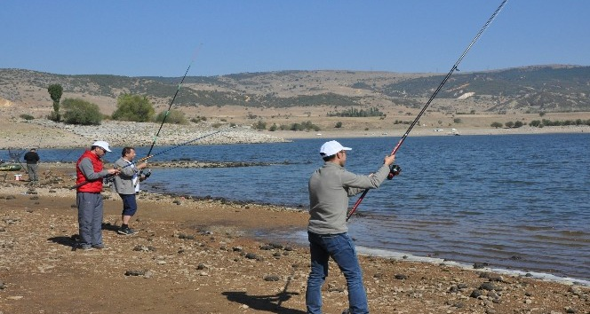 Denizi olmayan kentte balık tutma yarışması
