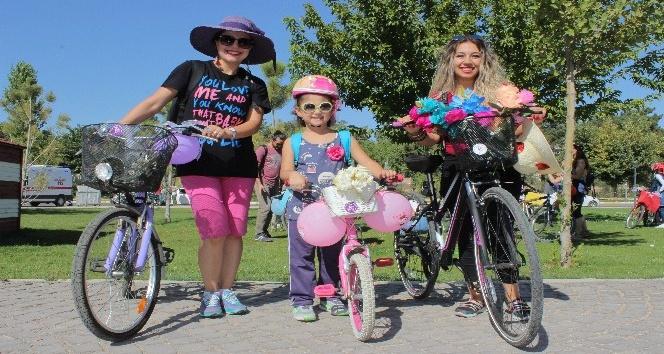 Kadınlar bisikletlerini süsleyip pedal çevirdi