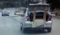 Aracın camından sarkanlar kazaya davetiye çıkardı