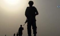 Asker, tatbikat alanı çevresinde devriye geziyor