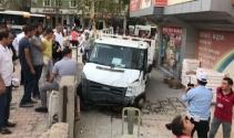Kontrolden çıkan kamyonet kaldırımdaki yayaları ezdi