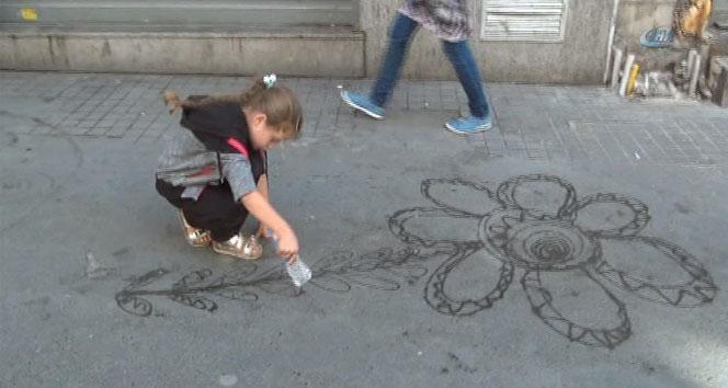 Suriyeli çocuklardan İstiklal Caddesinde su ile sanat