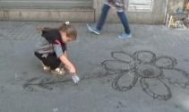 Suriyeli çocuklardan İstiklal Caddesi'nde su ile sanat