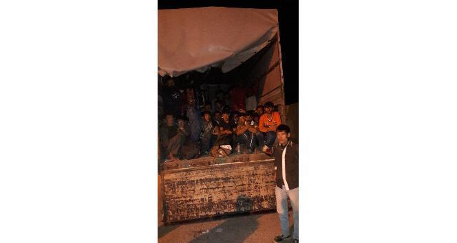 Ağrı'da kamyonet kasasında 93 kaçak göçmen yakalandı