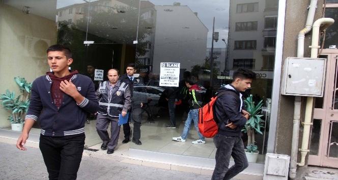 Polisler internet kafede yakaladığı öğrencileri okula yolladı