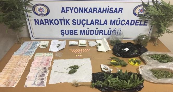 Zehir tacirleri uyuşturucu parası ile yakalandı