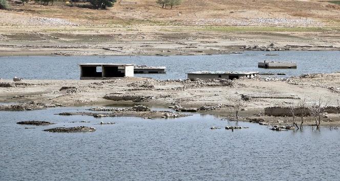 Sular çekildi, köy ortaya çıktı