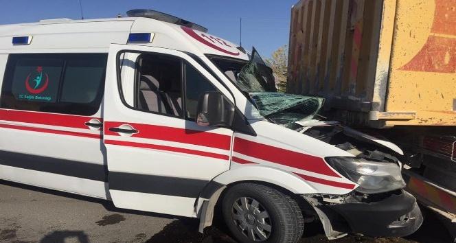 112 ekipleri kazada yaralanan meslektaşları için zamanla yarıştı