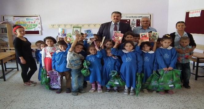 Sarıveliler'de MHP ilçe teşkilatından öğrencilere kırtasiye ve giysi yardımı