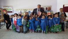 Sarıvelilerde MHP ilçe teşkilatından öğrencilere kırtasiye ve giysi yardımı