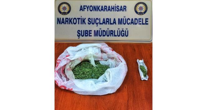 Polis araçta yaptığı aramada 37,9 gram esrar ele geçirdi
