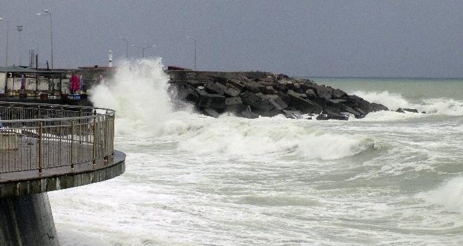 Karadenizde dev dalgalar sahilleri dövüyor