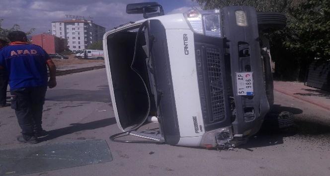 Yakıt yüklü tanker kamyonetle çarpıştı