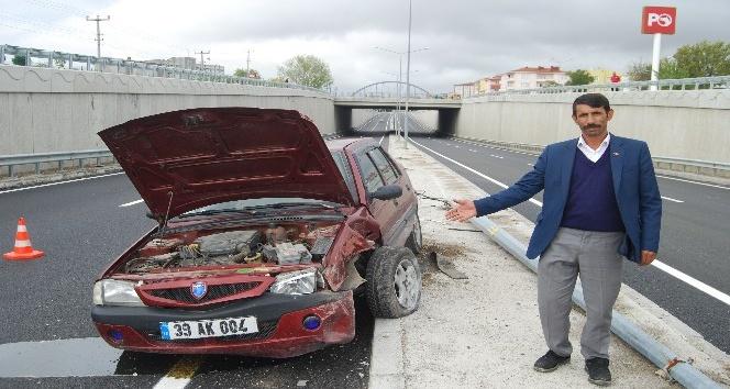 Lastiği patlayan otomobil aydınlatma direğine çarptı