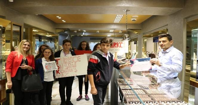 Lise öğrencilerinden Türkçe tabela kullanan esnafa teşekkür belgesi