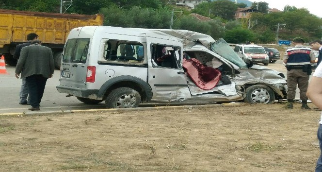 Kamyon ile hafif ticari araç çarpıştı: 1 Ölü