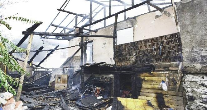 Erbaa'daki yangında ahşap ev kül oldu