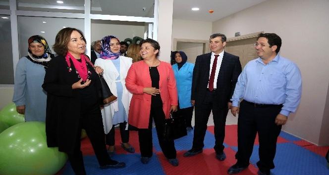 AK Partili kadınlar, Aksaray'da kadın aktivite merkezini gezdi