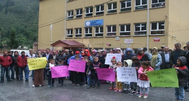 Trabzon'un Yomra ilçesi Madenli mahallesinde velilerin taşımalı eğitim tepkisi