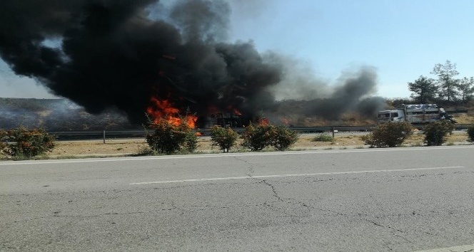 Kamyonla çarpışan tanker alev alev yandı