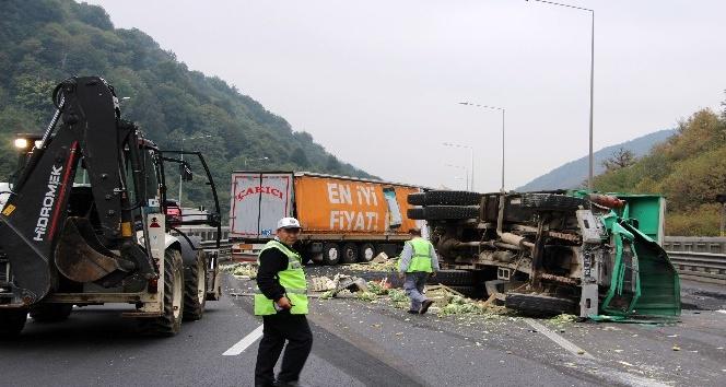 Tem otoyolu Bolu dağında kamyon ile tır çarpıştı yol trafiğe kapandı
