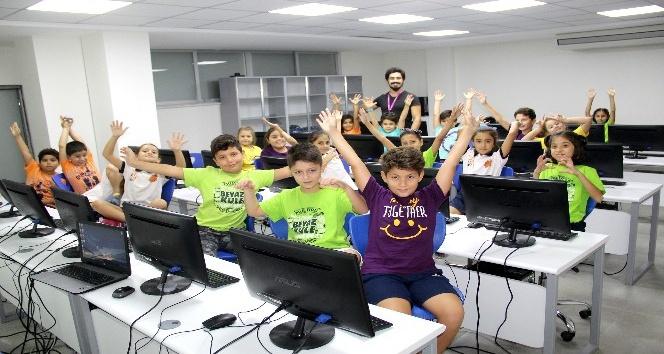 Öğrenciler Beyaz Kule Koleji'nde teknolojiyi etkin kullanıyorlar