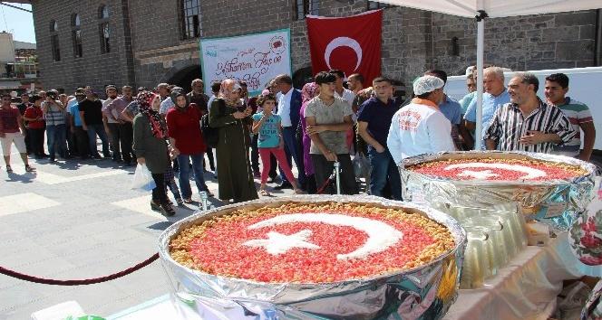 Sur'da 10 bin kişiye Türk bayrağıyla süslenmiş aşure dağıtıldı