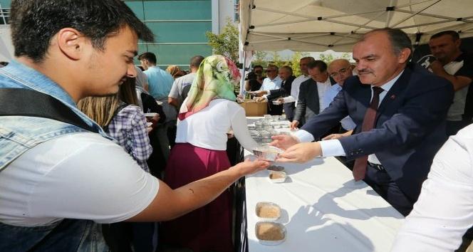Pamukkale Belediyesi, üniversiteli gençlere aşure ikram etti