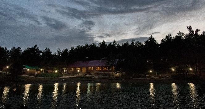 Limni Gölü gündüz başka, gece başka güzel