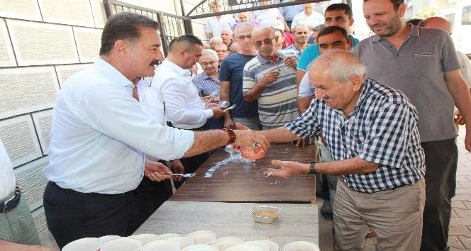 Başkan Tuna, vatandaşlara aşure dağıttı