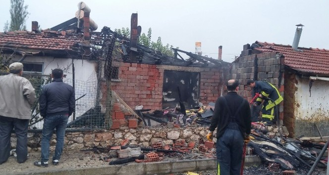 Hisarcık'ta ahşap ev yangını