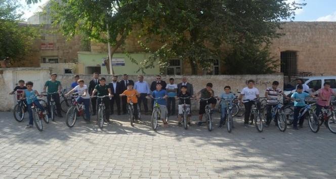 Kuran-ı Kerim'i hatmeden 20 öğrenci bisikletle ödüllendirildi