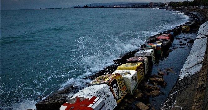 Marmara'daki fırtına sürüyor