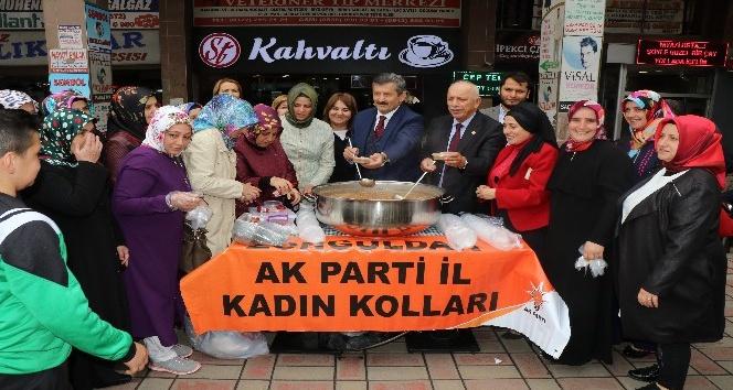 AK PARTİ Kadın Kolları'ndan aşure dağıtımı