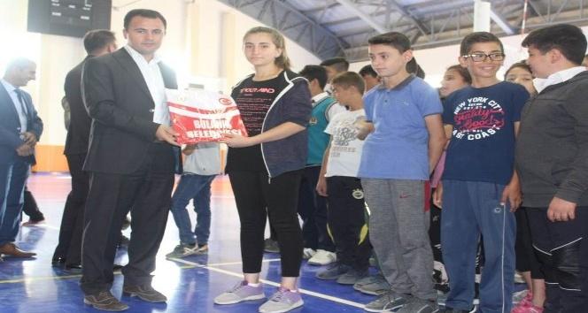 Bulanık Belediyesi gençlere forma dağıttı