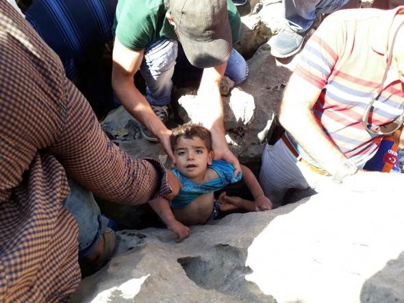 2,5 yaşındaki Fırat, 25 saat sonra kayalıklarda bulundu