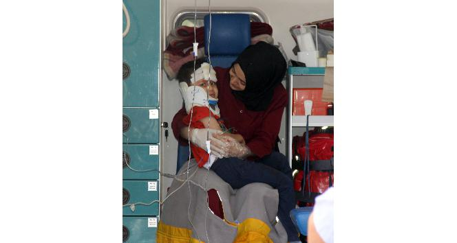 Sağlık görevlisinden yaralı çocuğa anne şefkati