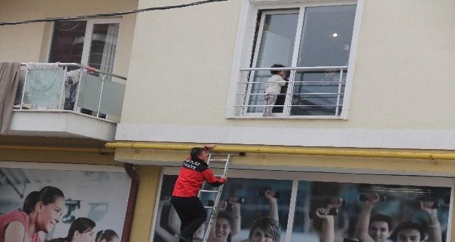 Evin penceresi ile demir korkuluklar arasına sıkışan çocuğu itfaiye kurtardı
