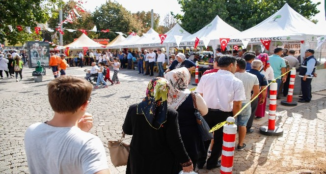 Belediye Başkanı Fadıloğlu, aşure dağıttı