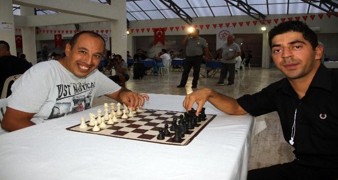 Yaşlılar ve özel çocuklar  satrançta rakip oldular